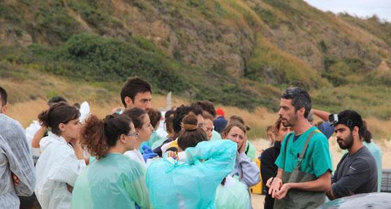 Studenti della Facoltà di Medicina Veterinaria sulla spiaggia di Punta Penna a Vasto