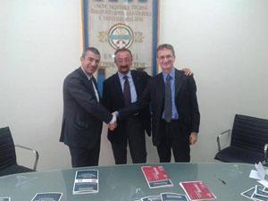 Da sinistra, il Rettore Luciano D'Amico, il vicepresidente nazionale Unitalsi Dante D'Elpidio e il vicepreside della Facoltà di Scienze della comunicazione Stefano Traini