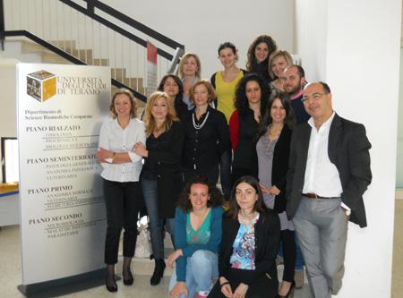 """Il """"team"""" del progetto. Da sinistra, prima fila in piedi: Dr. Grazyna Ptak, Sabrina Saccomandi (Ufficio Ricerca dell'Ateneo Teramano), Lucia Cavallari (Segreteria del Dipartimento di Scienze Biomediche Comparate), Federica Zacchini (dottorando), Antonella"""