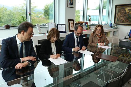 Nelle foto, da sinistra: Salvatore Cimini, referente dell'accordo per l'Università; il prefetto Graziella Patrizi, il rettore Dino Mastrocola; Marialaura Liberatore, referente dell'accordo per la Prefettura.