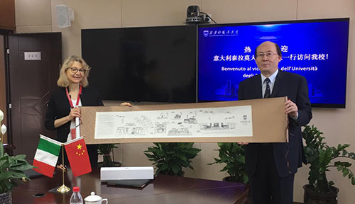 Nella foto Paola Pittia e il rettore dell'Università di Xian Wang Junzhe.