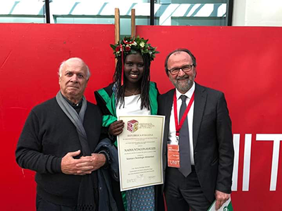 Don Enzo Chiarini e il rettore Dino Mastrocola con Nadia Ntaconaygize studentessa del Burundi nel giorno della sua laurea
