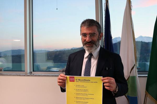Il Rettore Luciano D'Amico con il Manifesto della comunicazione non ostile