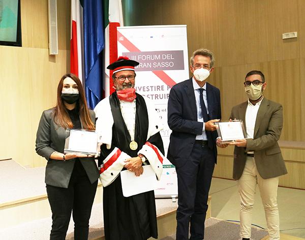 Noemi Battistelli (vincitrice del premio), Dino Mastrocola (Rettore UniTe), Gaetano Manfredi (Ministro dell'Università e della ricerca), Mohamed El Khatib (vincitore del premio)
