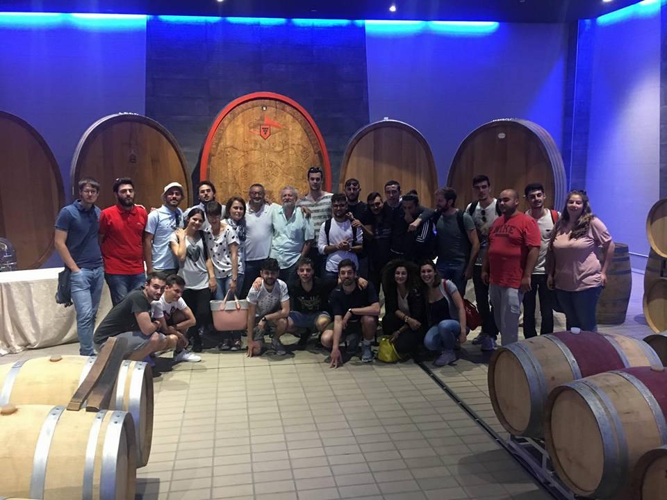 Gli studenti ed i docenti in visita presso la cantina Mezzocorona